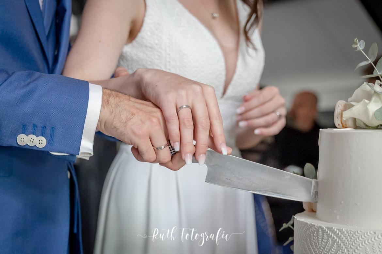Huwelijks zangeres Myrthe Hendriks - aansnijden taart